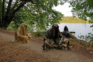 art-lower-austria-lake-contemporary-art-fine-arts-modern-sculpture-urban-statue-faceless-ghost-in-a-coat-guardians-of-time-manfred-kili-kielnhofer-7002y